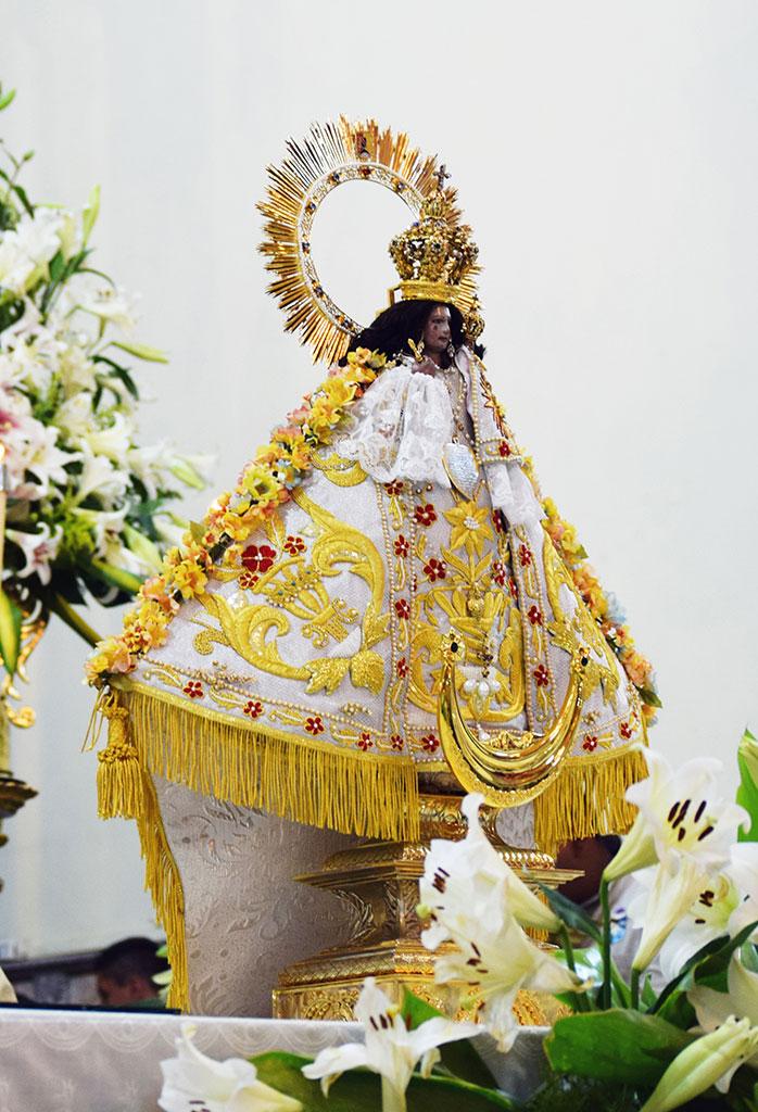 virgen de talpa en un altar