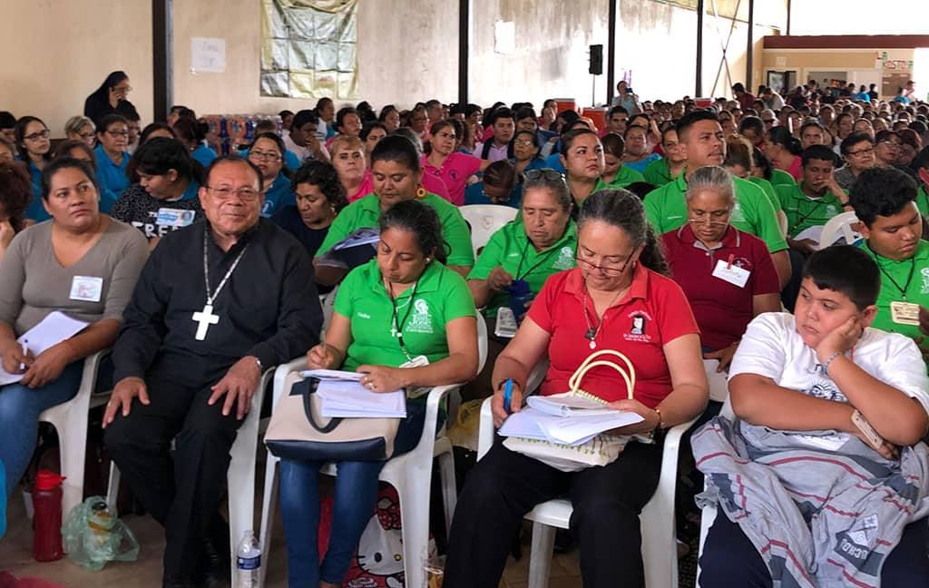 fotografia señor obispo con catequistas en Asamblea Diocesana 2019