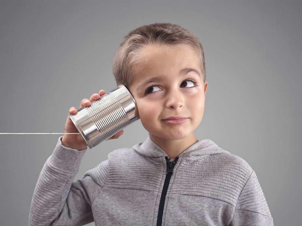 niño escuchando simbolizando la comunicación