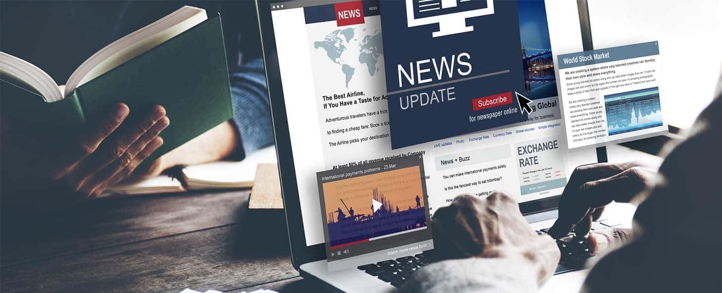persona en computadora haciendo la nueva manera de periodismo, un periodismo digital