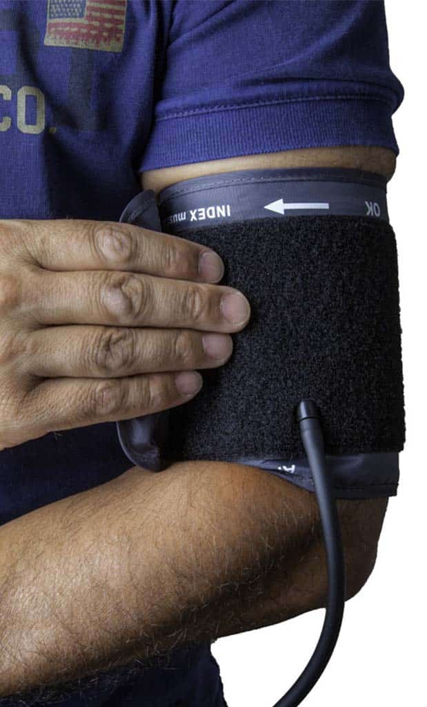 imagen de enfermero con aparato para medir la presión