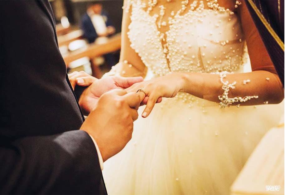 pareja dando el anillo en ceremonia de matrimonio