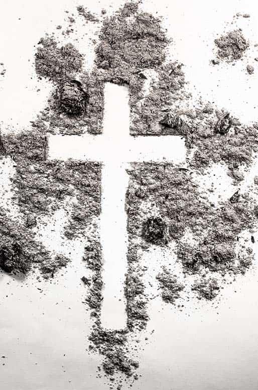 cruz hecha entre ceniza