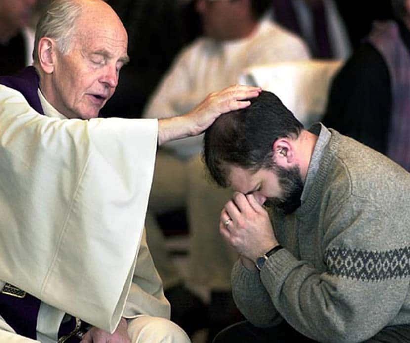 sacerdote confesando a señor