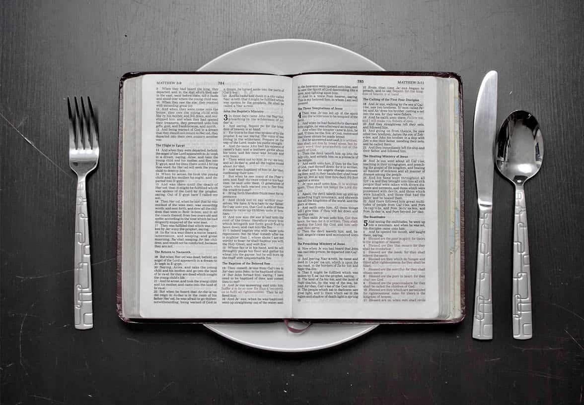 plato con biblia encima simbolizando el ayuno y la reflexión